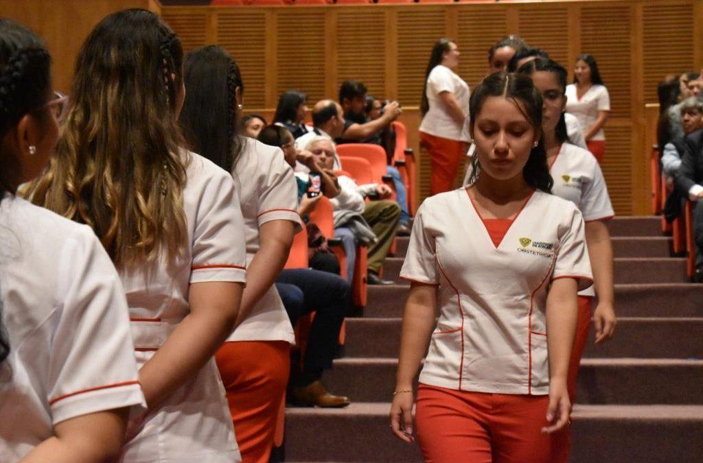 Emotiva fue la ceremonia donde se invistieron a estudiantes de la carrera de Obstetricia y Puericultura de la UDA